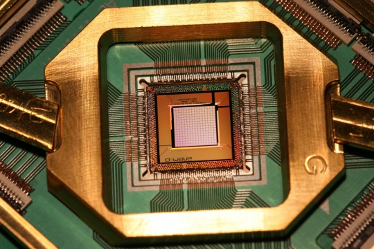 Qubit-chip van quantumcomputer D-Wave