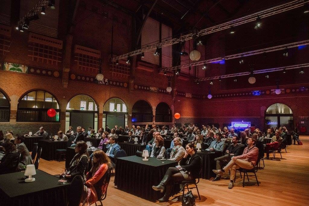 Volle concentratie bij het publiek voor de lessen van de sprekers op NRC Live: Moonshot