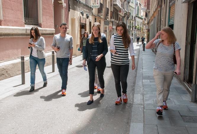 De schoenen van het EasyJet Barcelona Street Project uitproberen in de Spaanse stad