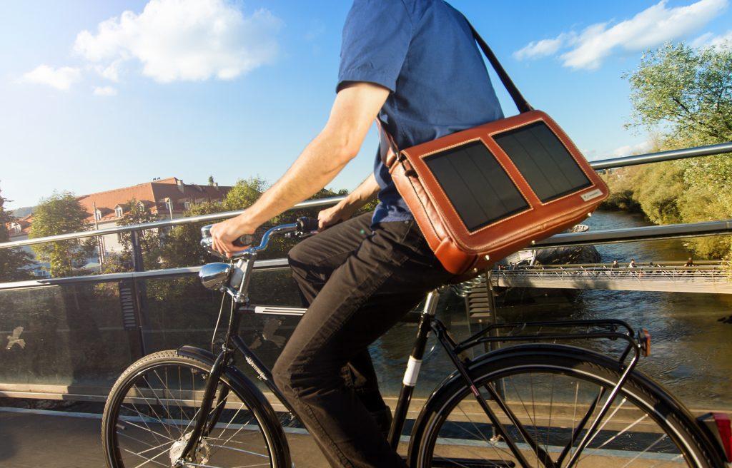 Sunnybag is een rugzak met ingebouwde zonnepanelen om je gear op te laden.